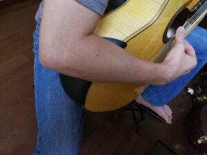 アーベル・ギター・アームレスト(Abel Guitar Armrest)をつけてギターを構える