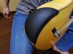 アーベル・ギター・アームレスト(Abel Guitar Armrest)をギターに装着