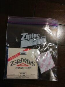 ziploc フリーザーパック Mに入れたクラシックギターの弦