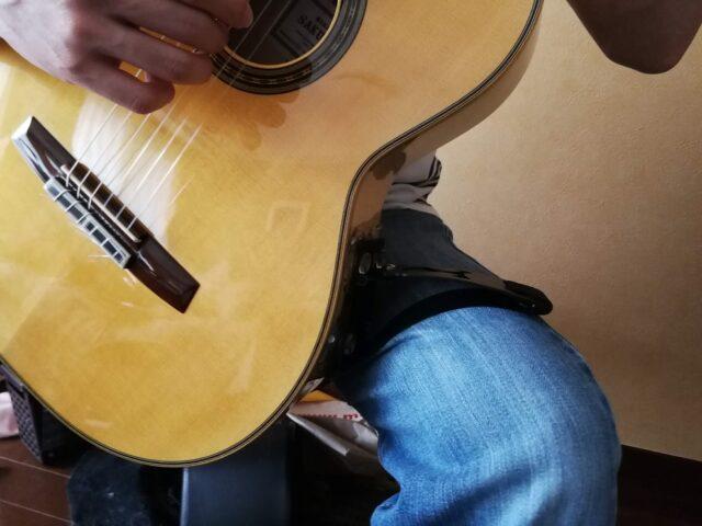テヌートギターさぽーを使ってギターを構える