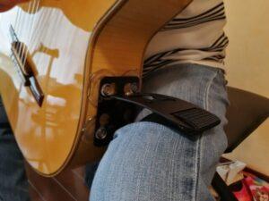 テヌートギターサポートをギターにつけて構える その2