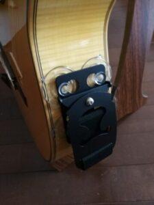 テヌートギターサポートをギターに張り付ける