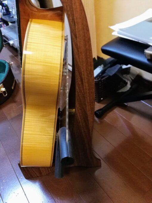 ギターリフト(GUITARLIFT)をつけて横から見たところ
