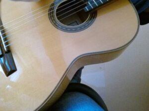 足に乗せたギターリフトを表から見たところ