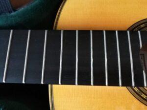 錆が浮いたクラシックギターのフレット