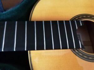 銀磨きクロスで磨いたクラシックギターのフレット