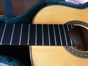 レモンオイルで掃除したクラシックギターの指板