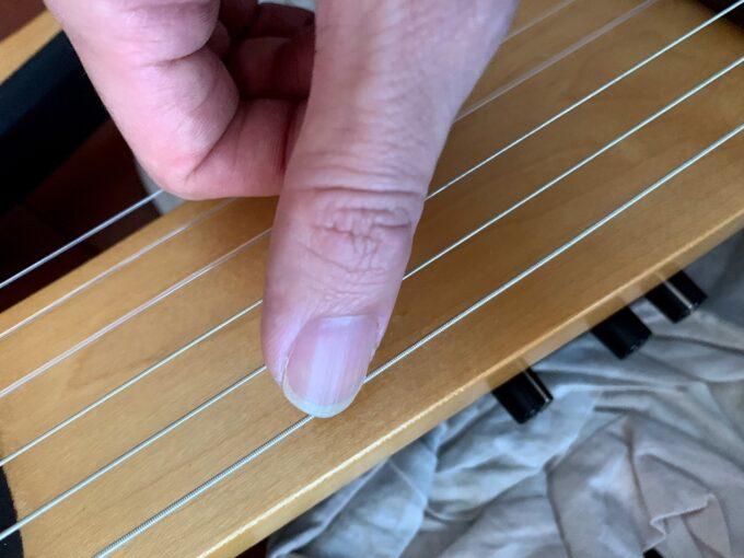 付け根から弦に触れる奏法