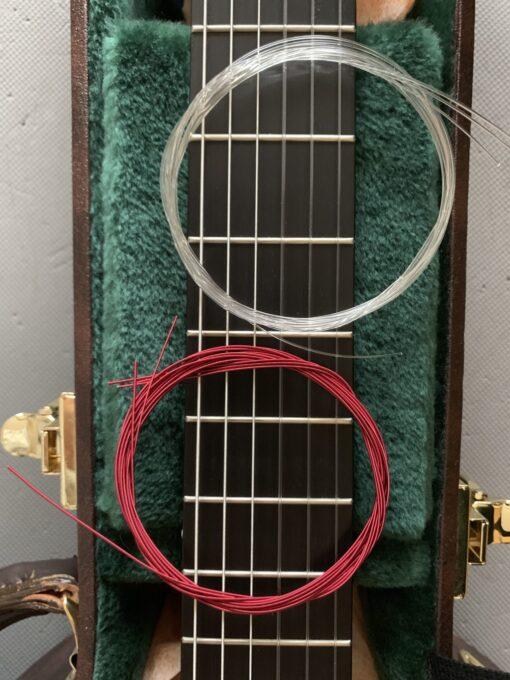 アクイーラ シュガーの色を普通の弦と比べる