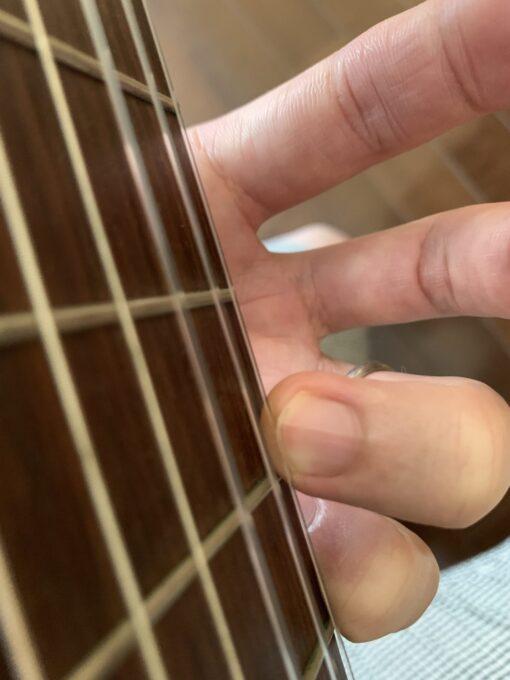 爪と指先の間に弦が入ってしまう