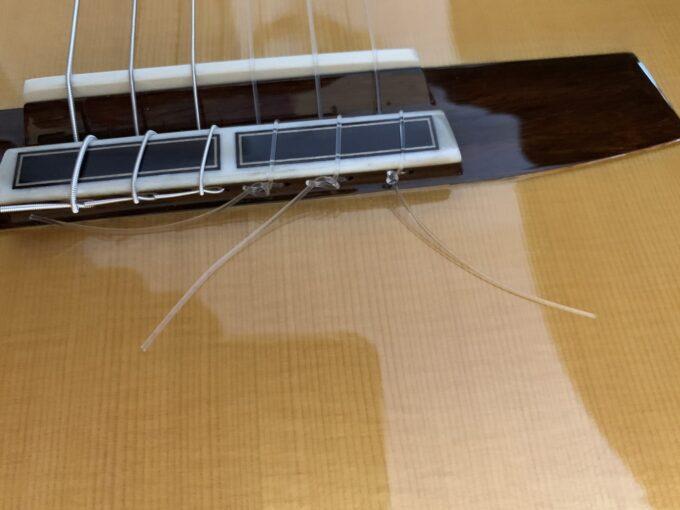 フィガロ弦の高音弦をブリッジにつけたところ