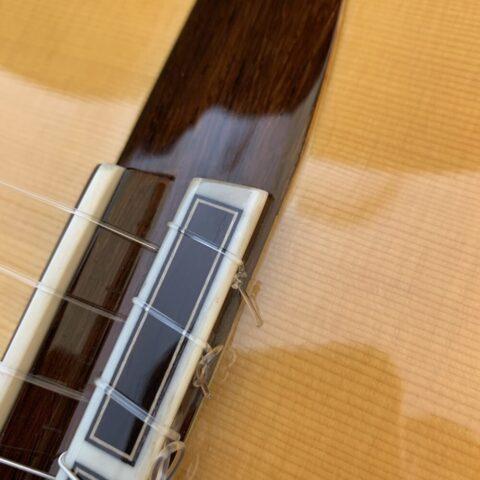 ダブルホールのクラシックギターの高音弦のブリッジ側の処理