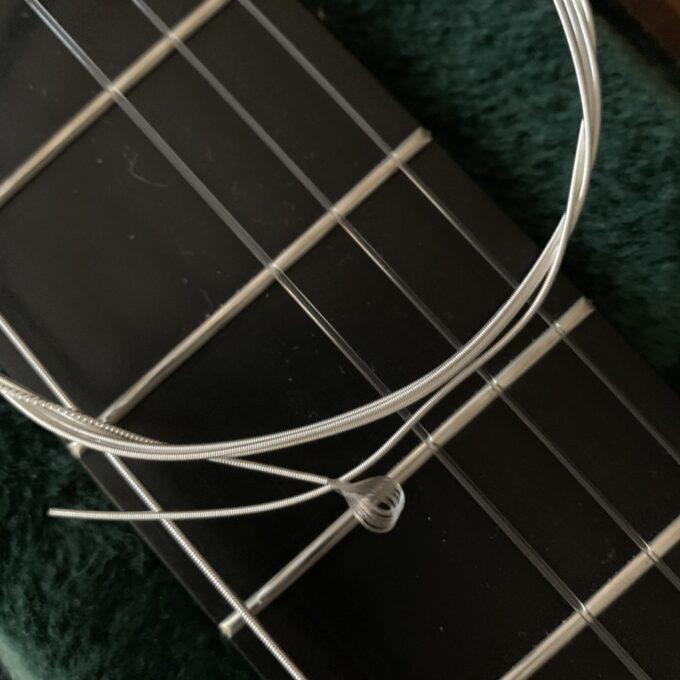 オーガスチンのクラシックギター用低音弦には先っぽにループがある
