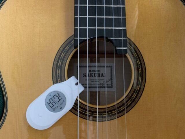 クラシックギターにLee Guitars Bluetooth 温湿度計を取り付けた画像